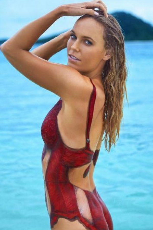 Así aparece la tenista danesa en las páginas de Sports Illustrated Swimsuit Foto: Vía instagram.com/carowozniacki