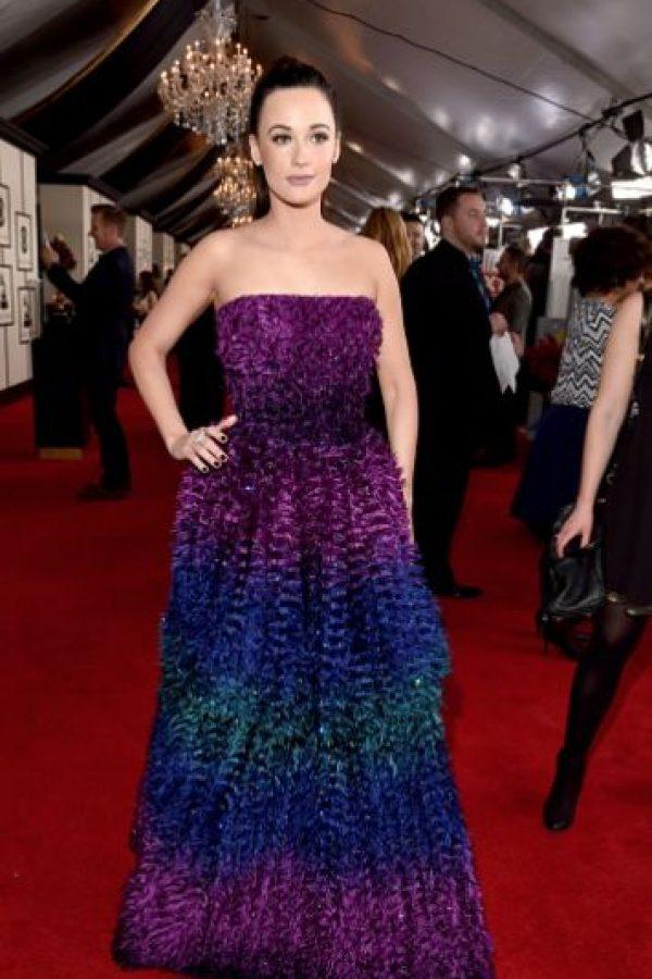 Kacey Mugraves con un vestido difícil que sabe llevar muy bien con maquillaje. Foto:vía Getty Images