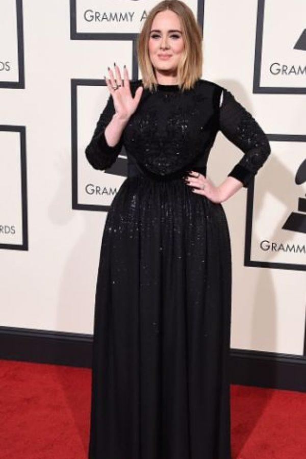 Adele en una forma que siempre usa, pero que se le ve bien. Foto:vía Getty Images