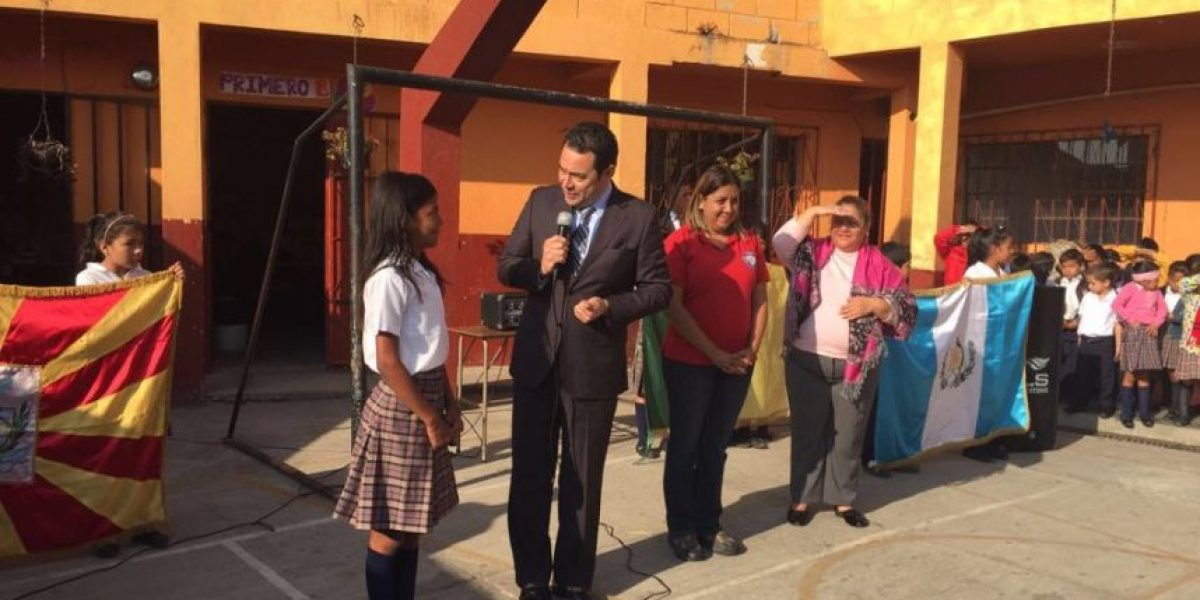 Jimmy Morales recorre Amatitlán y convive con niños de una escuela