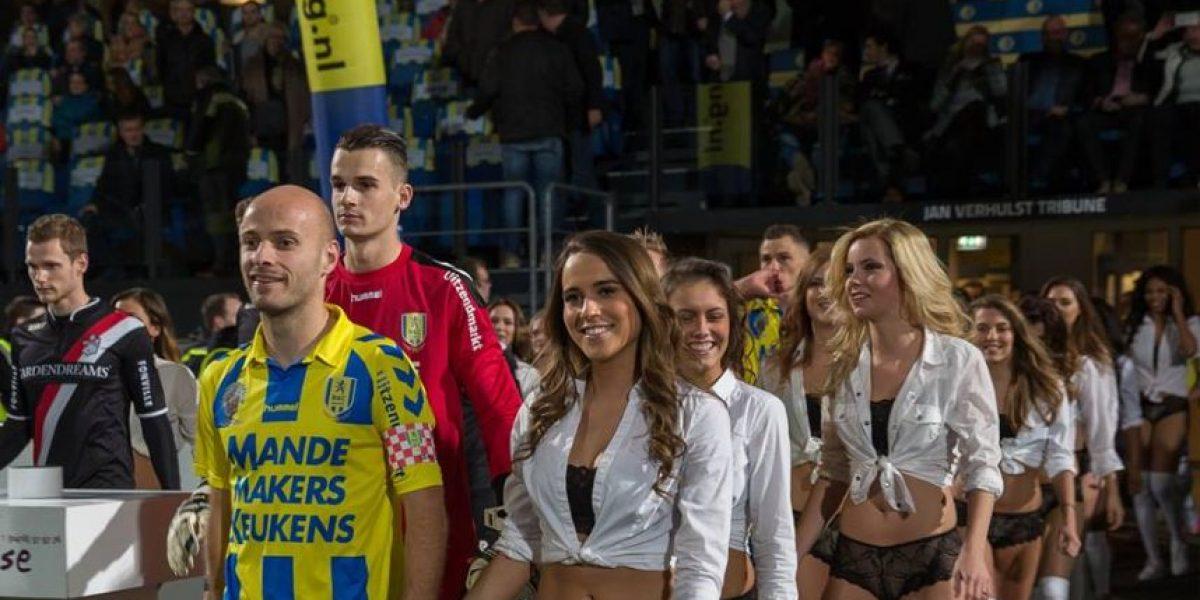 Equipo de futbol neerlandés cambia niños por modelos al salir a la cancha