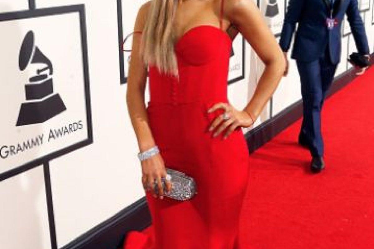 El vestido le queda grande a Ariana. La cola es excesiva. No controla el atuendo. Foto:vía Getty Images
