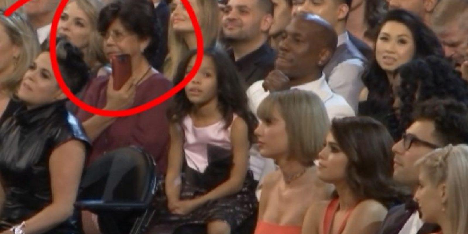 """12. Esta mujer tomando una foto """"disimuladamente"""" a Taylor Swift Foto:Vía Youtube TNT"""
