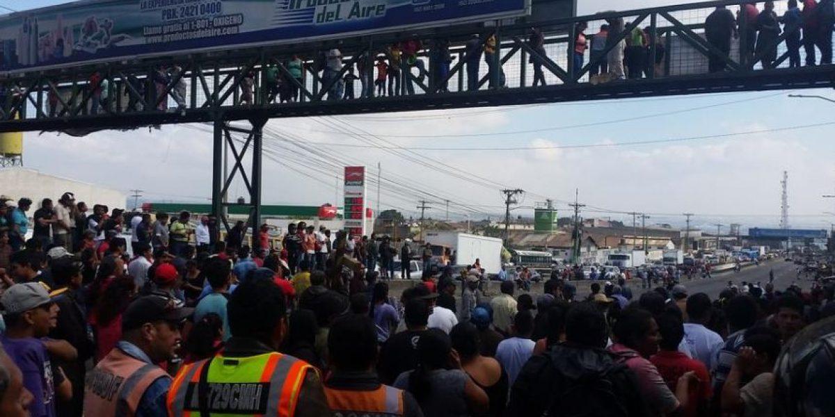 Vecinos bloquean ruta en Villa Nueva por alza en cobro de tarifa de agua y basura