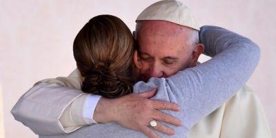 El papa Francisco abraza a una fiel católica durante su visita a México. Foto:AFP