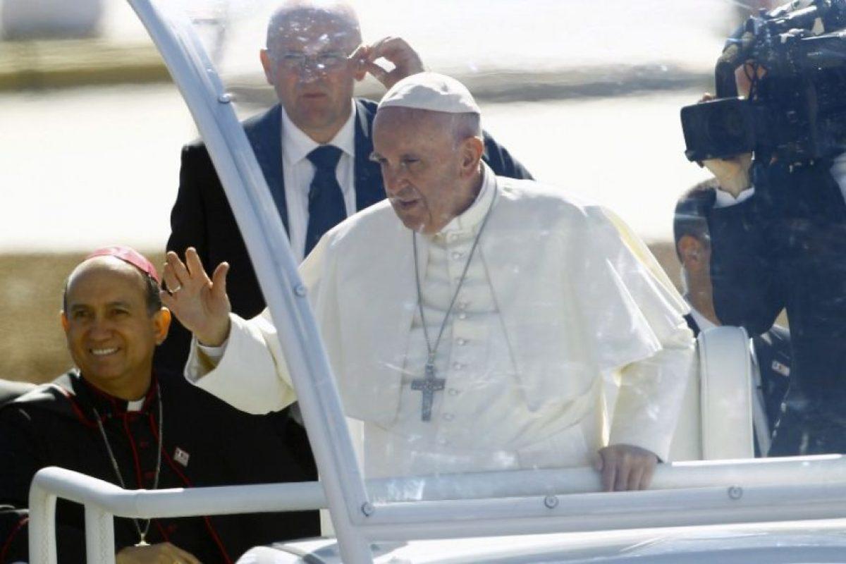 El papa Francisco durante un viaje en el papamóvil. Foto:AFP