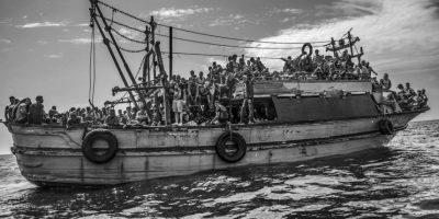 Francesco Zizola. Muestra un barco pesquero transportando a más de 500 migrantes de Libia a Italia Foto:worldpressphoto.org