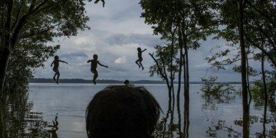 Mauricio Lima. Niños indígenas Munduruku juegan en el río Tapajos, en el área tribal de Sawre Muybu, en Itaituba, Brasil. Foto:worldpressphoto.org