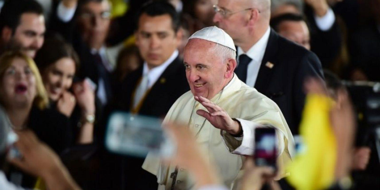 El papa Francisco se despide de las personas reunidas para despedirlo, tras su visita al país. Foto:AFP