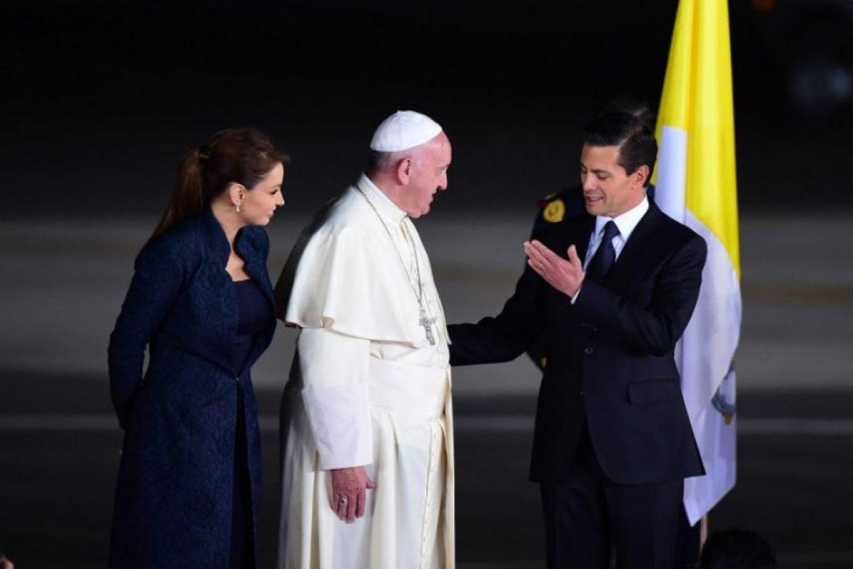 El papa Francisco conversa con el presidente mexicano, Enrique Peña Nieto, al despedirse del país. Foto:AFP