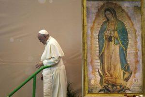 El papa Francisco junto a un cuadro que representa a la virgen de Guadalupe, en México. Foto:AFP