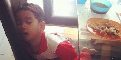#MiBebéSeQuedóSinBatería: Se ríen de los bebés cuando se quedan dormidos