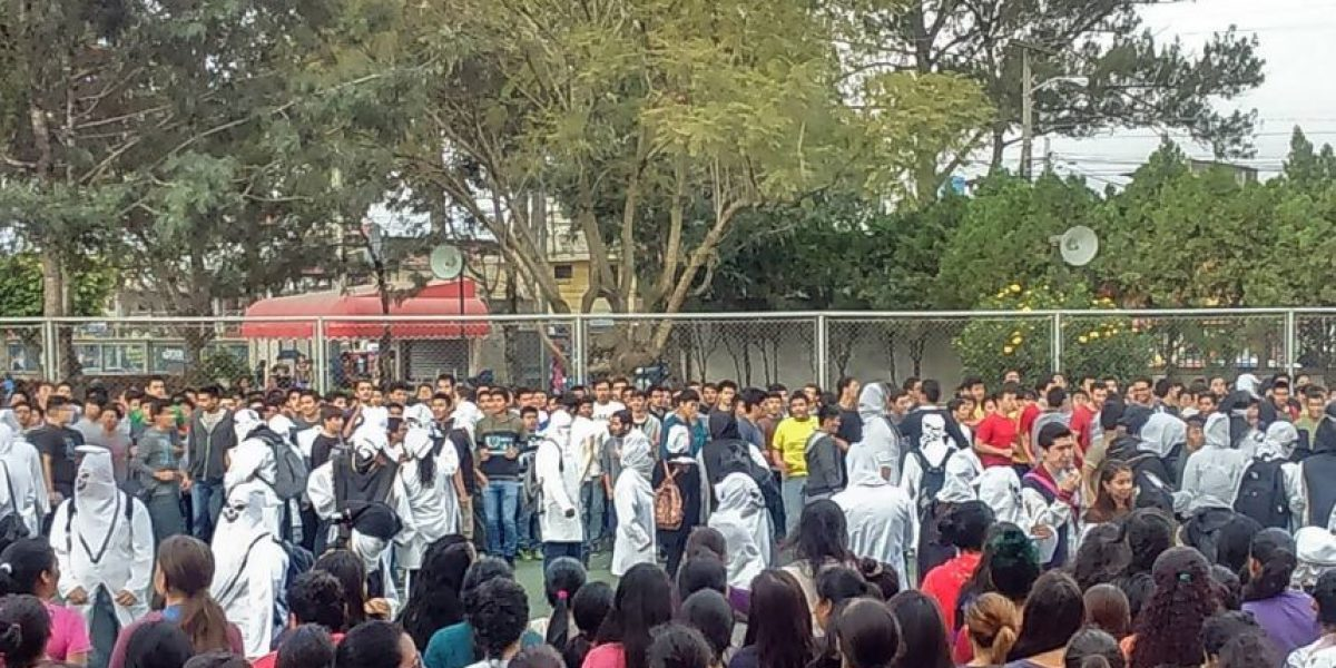 """Se realiza el tradicional """"bautizo"""" a los estudiantes de medicina en la Usac"""