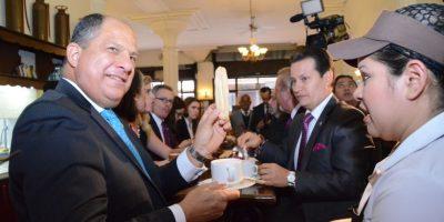 """Fotos. Presidente de Costa Rica decide """"pasar"""" por un café en este lugar"""