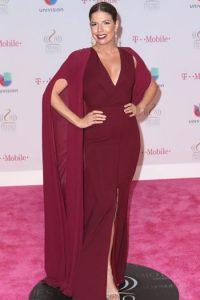 """Fernanda Kelly, la mejor vestida de la noche. ¿Si ven que se puede llevar capa sin necesidad de parecer un personaje de """"Game of Thrones""""? Foto:vía Getty Images"""