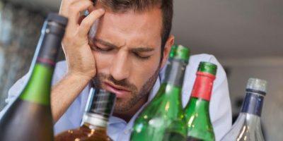 Estas 11 bebidas y alimentos te ayudarán cuando tengas resaca