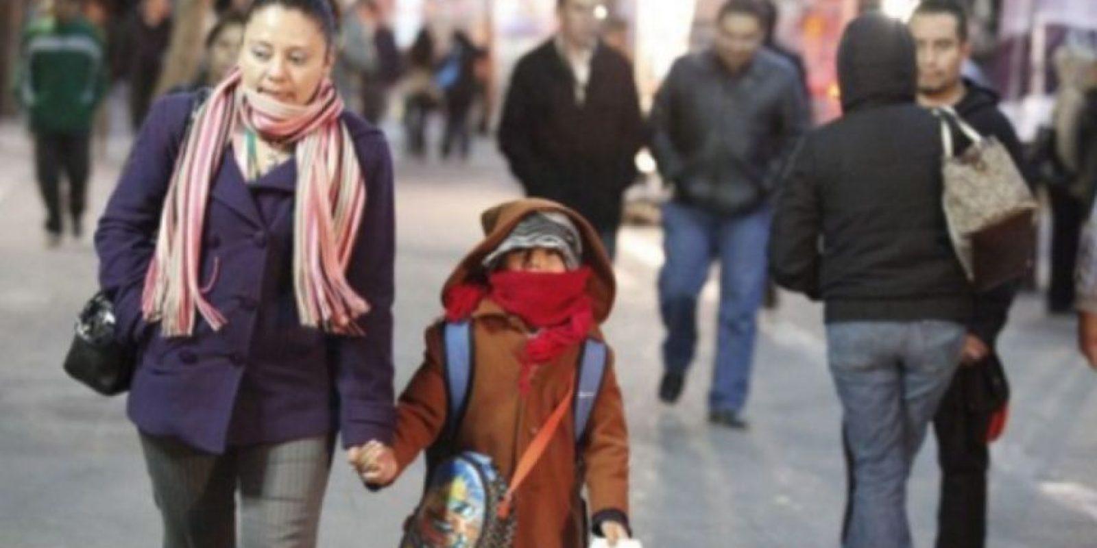Personas se abrigan ante las condiciones de baja temperatura en el país. Foto:Publinews