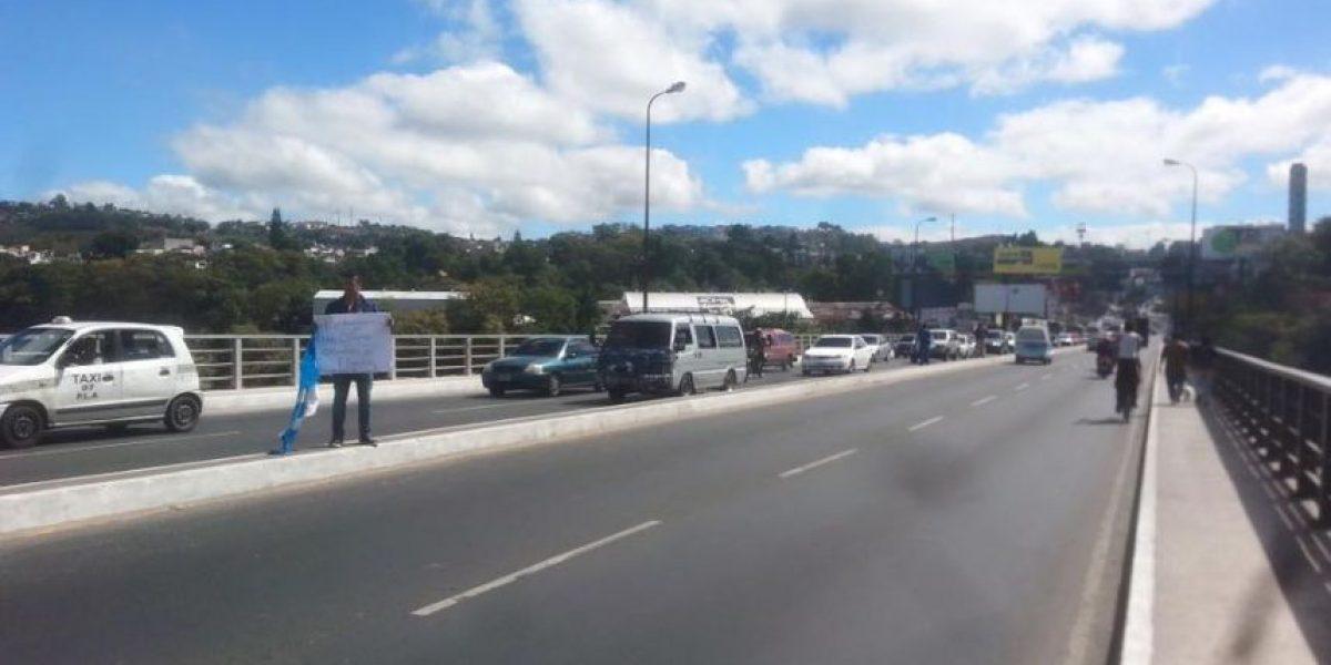 Oran y muestran carteles para realizar un estudio de daños en el puente Belice