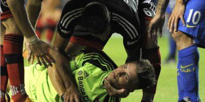 Carlos Tévez fractura la mandíbula de arquero rival
