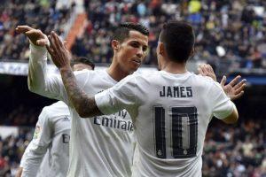 Cristiano Ronaldo y James Rodríguez se abrazan tras un gol del Real Madrid en el Bernabéu. Foto:AFP