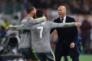 Cristiano Ronaldo y Sergio Ramos abrazan al técnico del Real Madrid, Zinedine Zidane, tras un gol. Foto:AFP