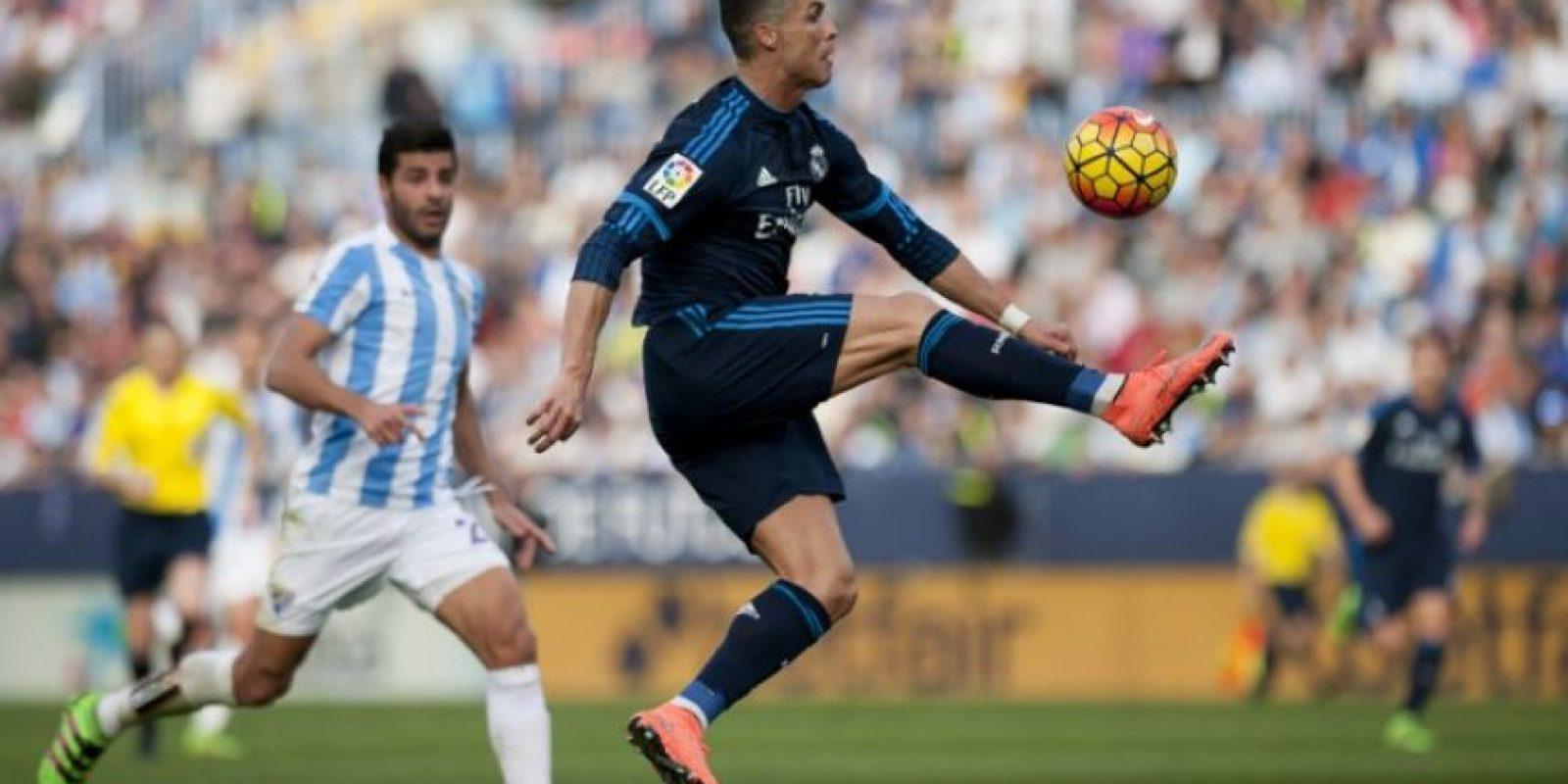 El portugués Cristiano Ronaldo domina un balón en un partido de La Liga entre el Real Madrid y el Málaga. Foto:AFP