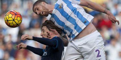 Jugadores del Málaga y el Real Madrid disputan un balón en un partido de La Liga. Foto:AFP