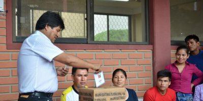 Evo Morales emitiendo su voto Foto:AP