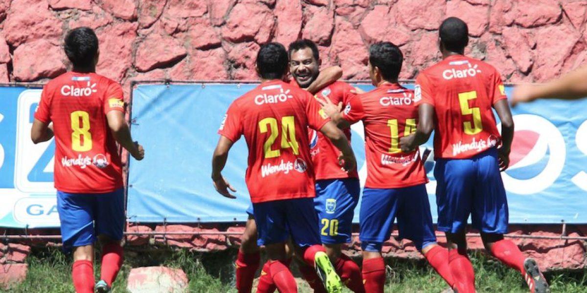 Carlos Ruiz recibe emotivo regalo por su triplete ante Petapa