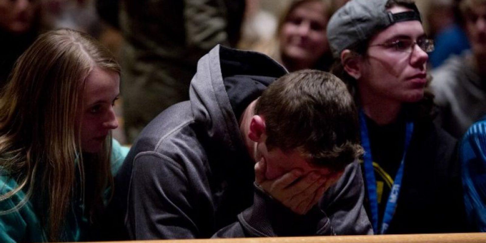Familiares de las víctimas de los ataques en Míchigan se lamentan en una ceremonia, en Kalamazoo. Foto:AFP
