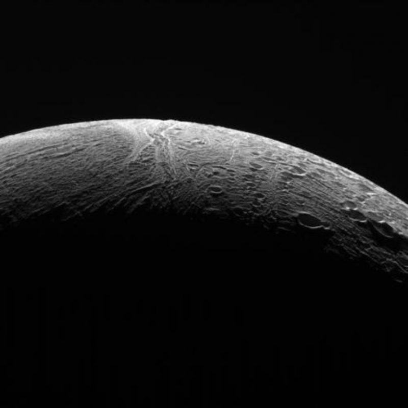 """""""Si antes de los datos de Cassini, alguien nos hubiera advertido de la posibilidad de un océano bajo la superficie de hielo de Enceladus, nos habríamos reído de eso"""", explicó en un comunicado Curt Niebur, científiico de la administración de ciencias planetarias de la NASA. """"Nadie lo esperaba"""". Foto:Twitter.com/CassiniSaturn"""