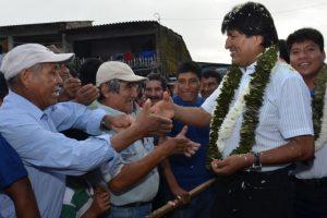 El presidente Evo Morales saluda a sus simpatizantes en Bolivia. Foto:AFP