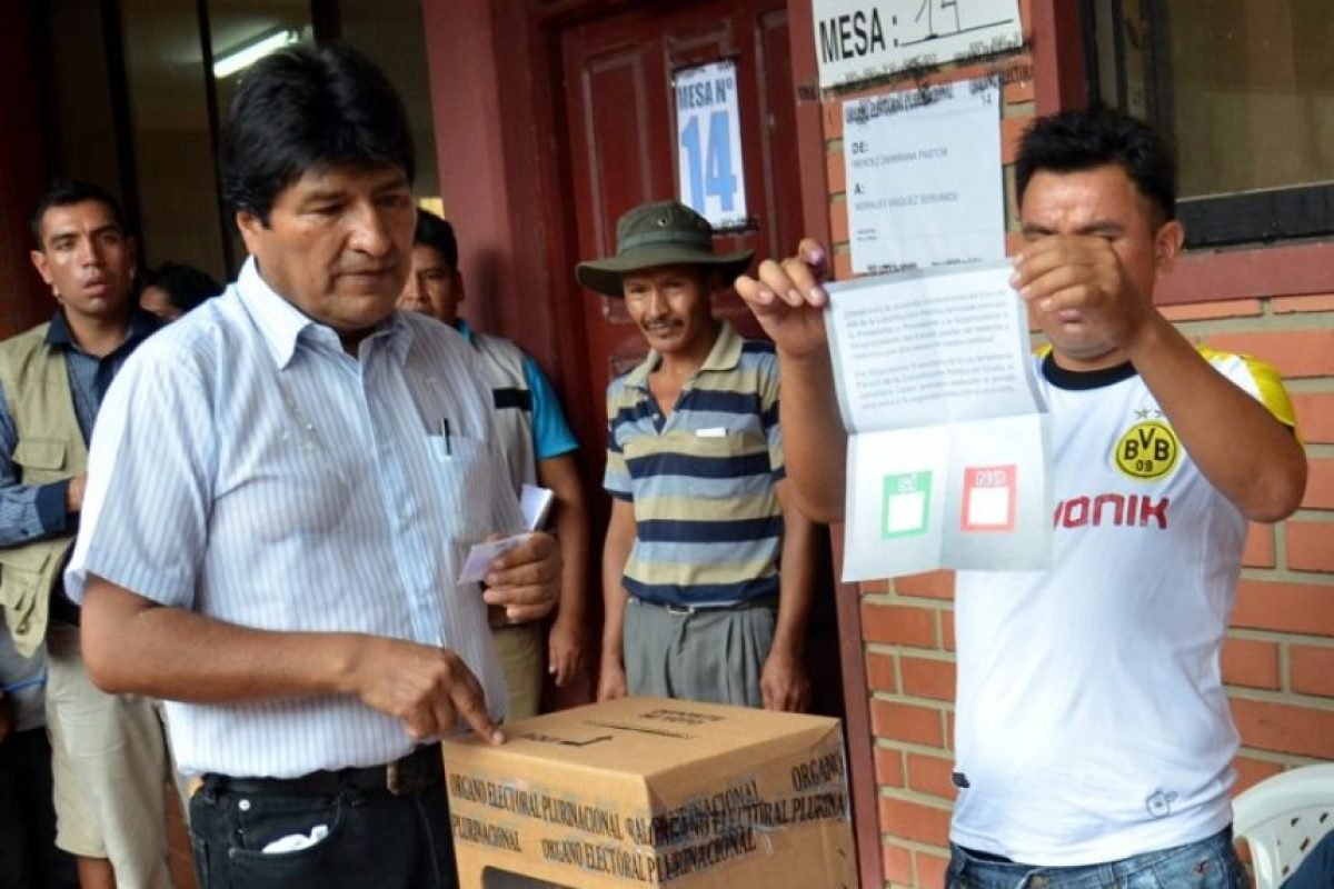 Evo Morales deposita su voto durante una elección en Bolivia. Foto:AFP