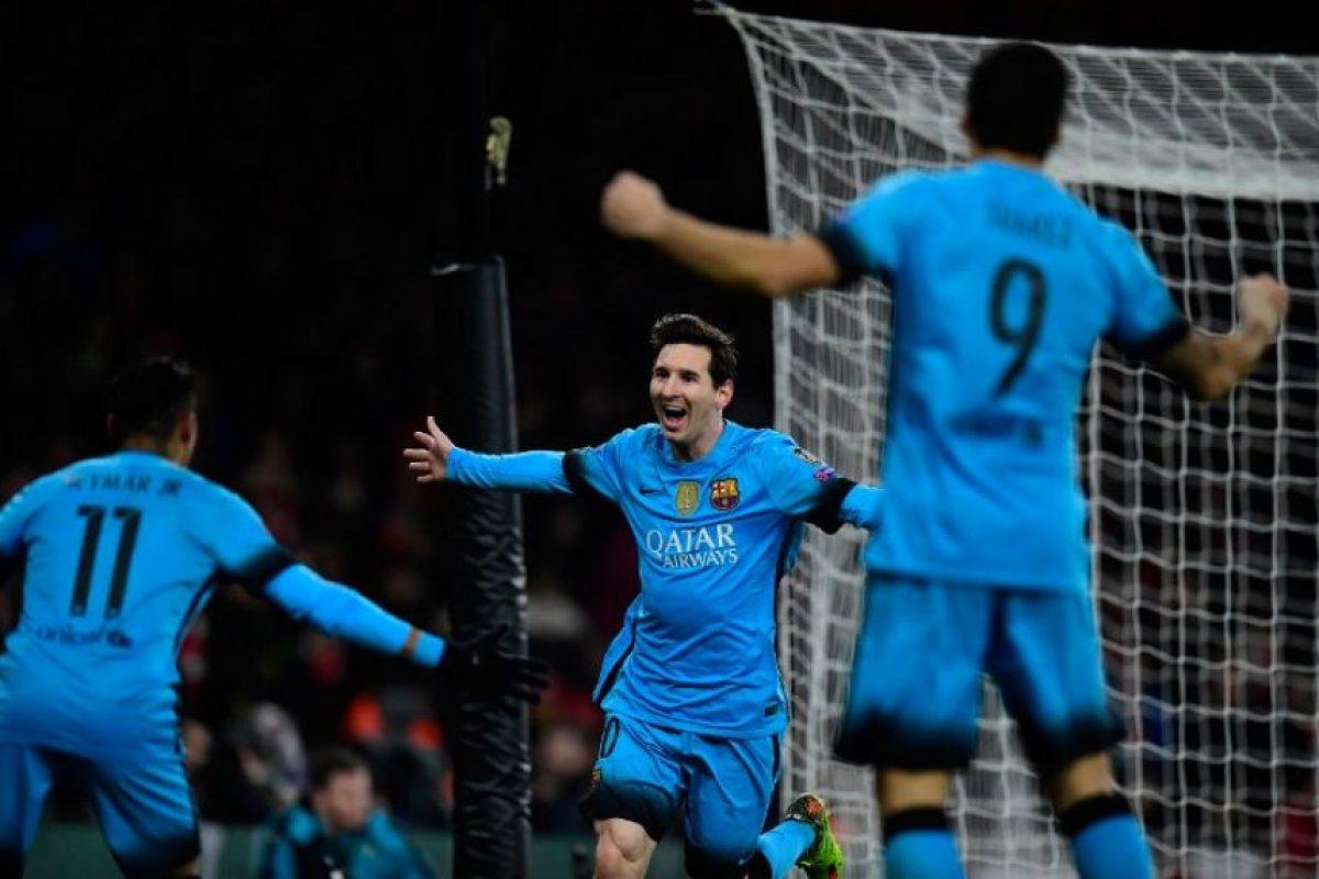 Jugadores del Barcelona celebran un gol ante el Arsenal, en un partido por los octavos de final de la UEFA Champions League. Foto:AFP