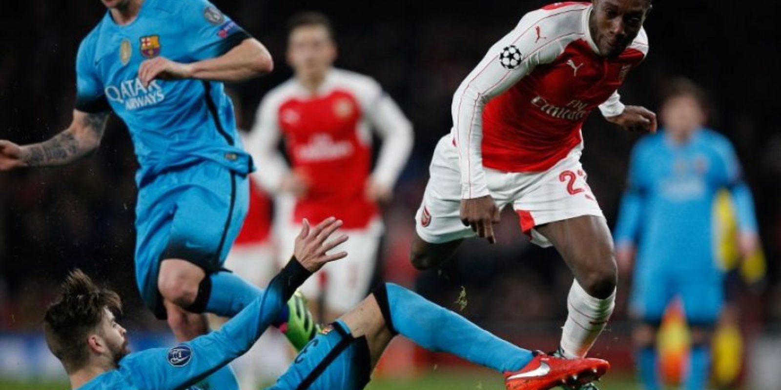 Jugadores del Barcelona y el Arsenal disputan un balón en un partido de octavos de final de la UEFA Champions League. Foto:AFP