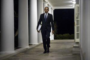El presidente Barack Obama es fotografiado mientras camina tras una reunión. Foto:AFP