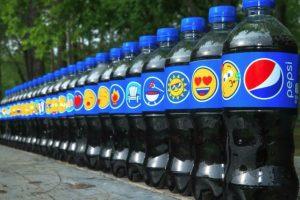 Botellas de Pepsi con diferentes diseños de etiquetas con Emojis. Foto:Twitter