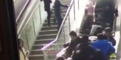 VIDEO. Se registra nuevo accidente en China, ahora en una escalera muy concurrida