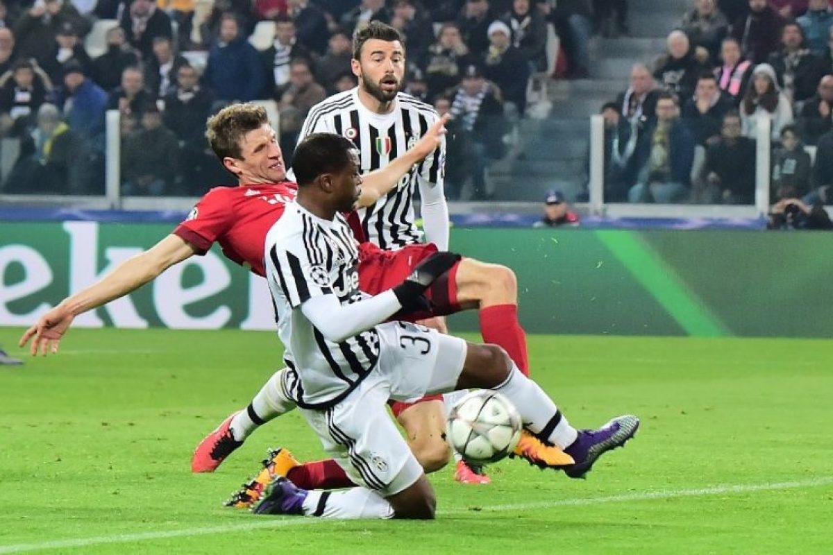Jugadores del Bayern Múnich y la Juventus disputan un balón en un partido de UEFA Champions League. Foto:AFP
