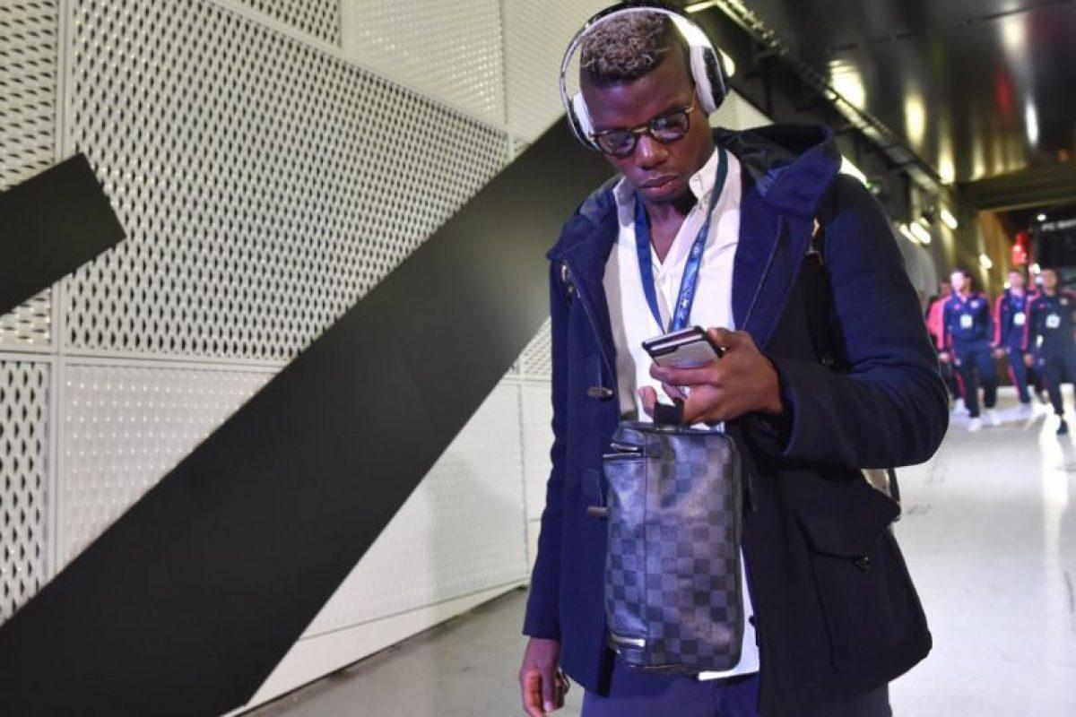 El internacional francés, Paul Pogba, escucha música antes del partido entre la Juventus y el Bayern Múnich, por Champions League. Foto:@ChampionsLeague