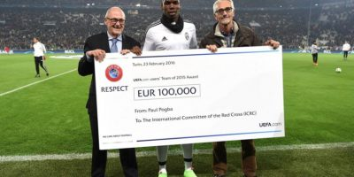 El internacional francés, Paul Pogba, realiza un generoso donativo a la Cruz Roja. Foto:@UEFA