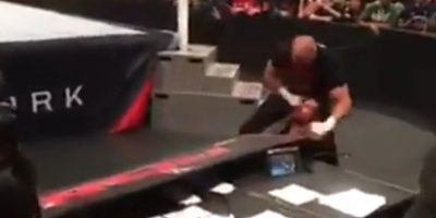 Aseguran que el presentador Bryon Saxton le dio un producto para que simulara sangre Foto:WWE