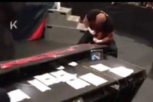 Pero algunos internautas dudan de la veracidad de su sangre Foto:WWE