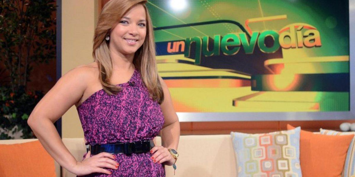 Adamari López sufre caída frente a la televisión
