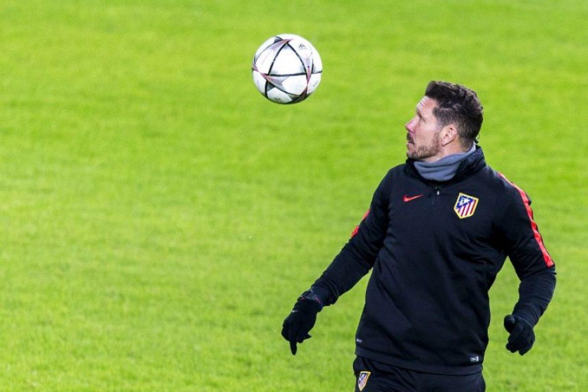 """Diego """"El Cholo"""" Simeone domina un balón durante un entrenamiento del Atlético de Madrid. Foto:AFP"""