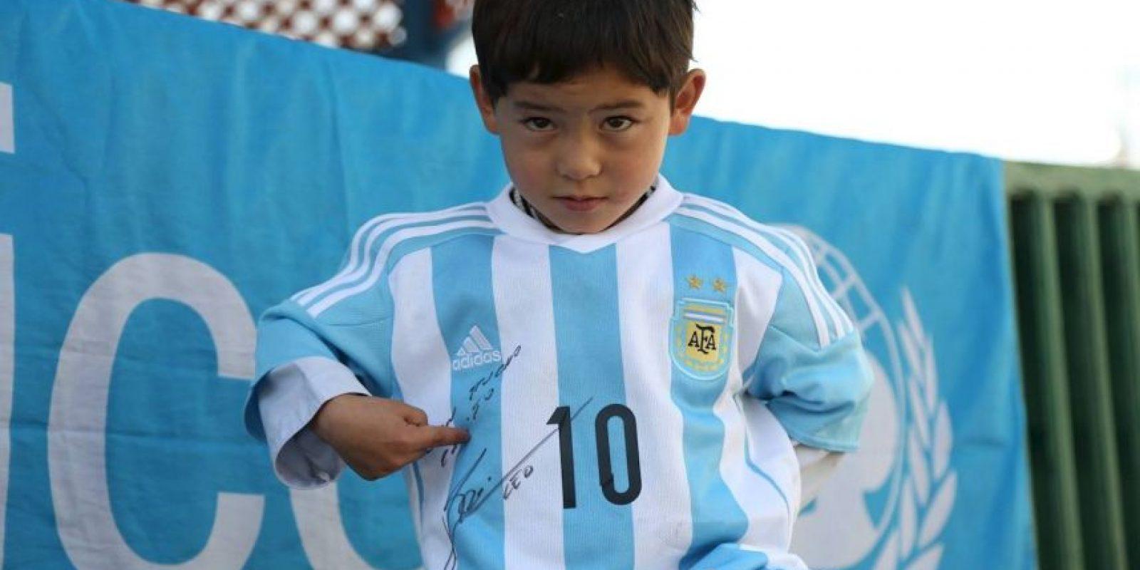 Ahora tiene orgulloso una camiseta autografiada por el astro Foto:facebook.com/afghanistanunicef/