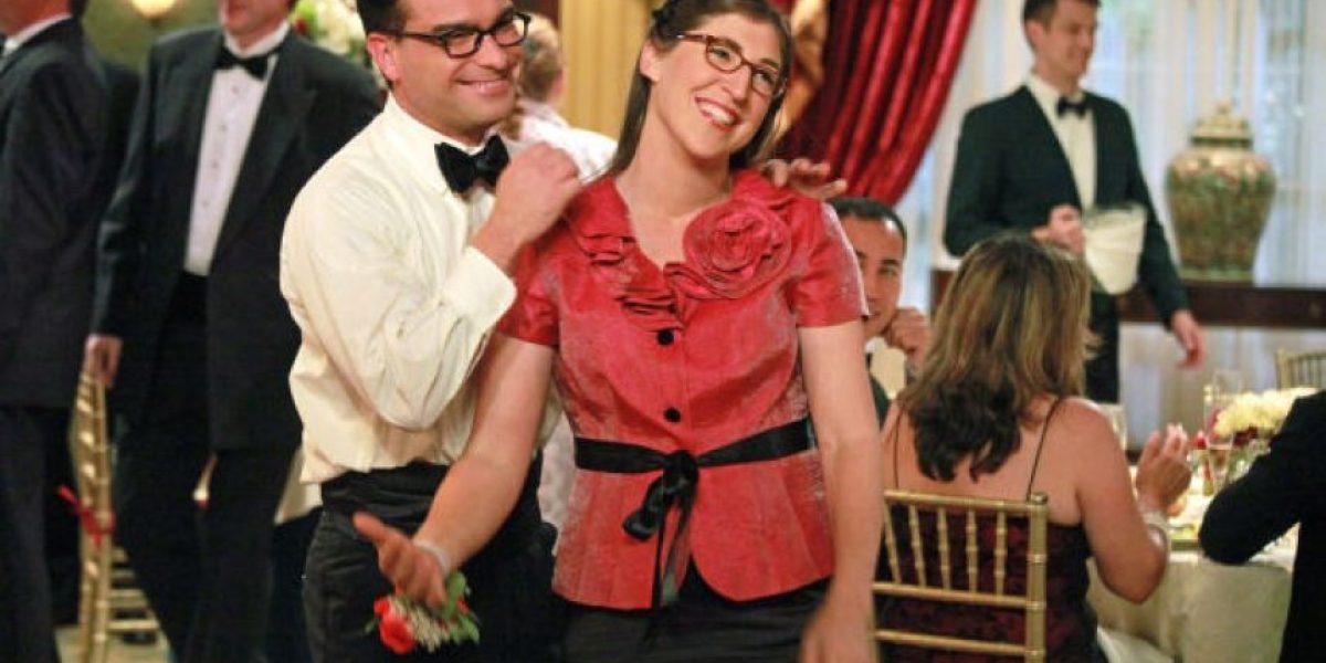 El beso de Johnny Galecki y Mayim Bialik frente a la televisión