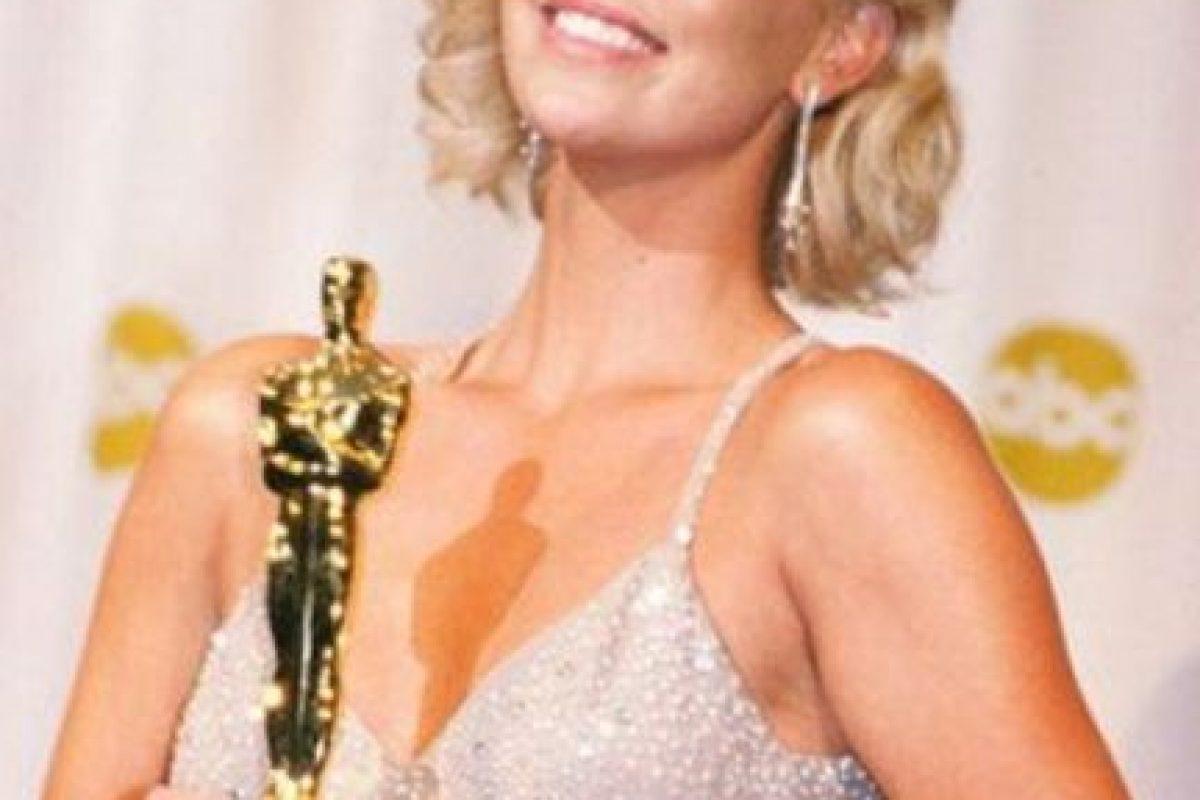 Charlize Theron hizo lo mismo con su pareja de entonces, Stuart Townsend. Foto:vía Getty Images