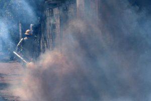 Personas realizan fumigaciones para combatir al mosquito transmisor del virus del Zika. Foto:AFP