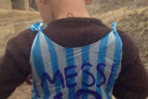 El pequeño se hizo viral por una camiseta de la Selección de Argentina hecha con una bolsa de plástico Foto:Twitter